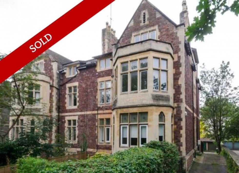 Beautifully decorated 2 bed apartment with period features and garage.